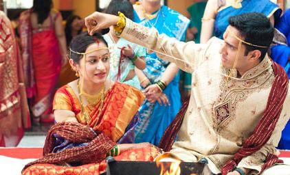 Жених наносит синдур на пробор невесты